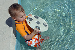 37. Любимое занятие - кинуть крышку от каких-то фильтров бассейнных в лягушатник, а затем ее оттуда доставать.