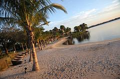 6. Пляж, на пляже тоже своеобразные круглые диванчики