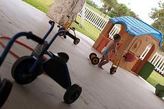 44. Перед детским центром - крытая площадка, можно гулять даже в дождь
