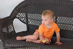 63. Ребенок с яблоком
