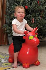 5. Подарок - надувной бык, на котором можно прыгать! Примерно как fitball.