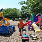 28. Любимая игрушка на площадке - синяя газонокосилка