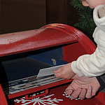 7. Опускаем заранее написанное письмо Санте в специальный почтовый ящик