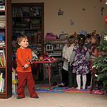 12. Номер 'Олени Санта Клауса' - пока все одевают рожки, Бориска выглянул посмотреть на Деда Мороза