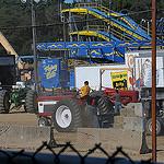 66. Трактор тянет блоки