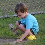 52. А ребенок в это время сосредоточенно играет в песочек