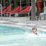 Бориска прыгает в бассейн