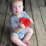 Максик играет на полу ресторана
