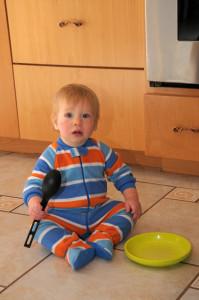 Максик помогает разбирать посудомойку, а заодно и готов есть)