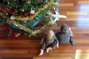 Дети у елки, вид сверху