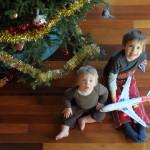 Детки у елки, с подарком