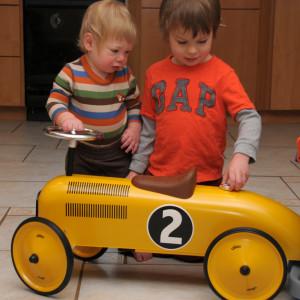 Бориска изучает подарок Максику на 1 год