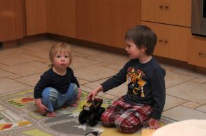 Игры на полу в кухне