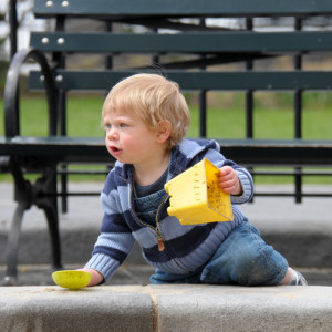 Максик на той самой детской площадке, пытается вылезти из песочницы.