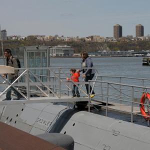 Посетили подводную лодку Growler - реально когда-то плавала, а теперь можно посетить. Бориска внутри даже испугался, но выйти можно было только пройдя ее всю. :) Прошел.