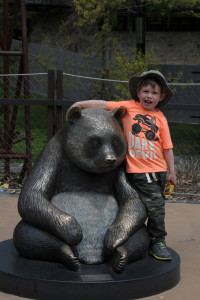 Бориска обнимает статую панды