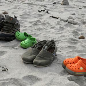 Ходить по песку босиком очень терапевтично, но, как мы выяснили, Бориска это не особо любит. Вернее, песок ок, но острые камни, и особенно водоросли - нееет.