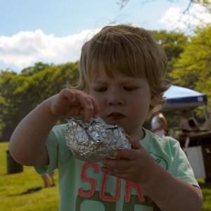 Максик разворачивает себе бутерброд.